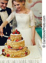 par, noivo, esculpindo, noiva, gostosa, bolo casamento, loiro, bonito, feliz