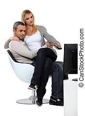 par, olhando televisão