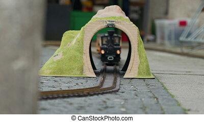 par, ou, multi-coloré, mouvements, jaune, tunnel, jouet, locomotive, modèle, voûte, haut fin