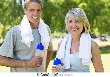 par, parque, garrafas, segurando, água