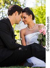 par, parque, romanticos, recém casado, sentando