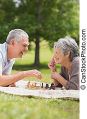 par, parque, xadrez, sênior, tocando, feliz