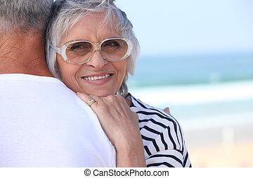 par, praia, idoso, abraçando