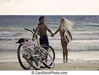 par, praia, recém casado