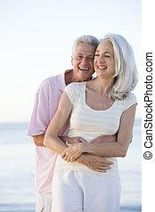 par, praia, sorrindo, abraçar