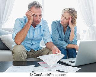 par, preocupado, seu, t, usando computador portátil