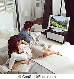 par, prestar atenção televisão