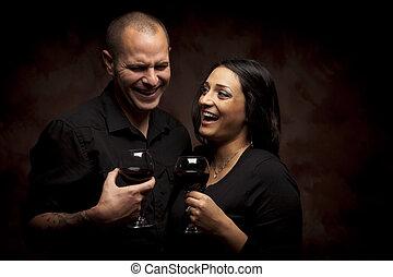 par, raça, segurando, vinho, misturado, óculos, feliz