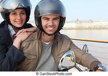 par, ridande, sparkcykel, tillsammans