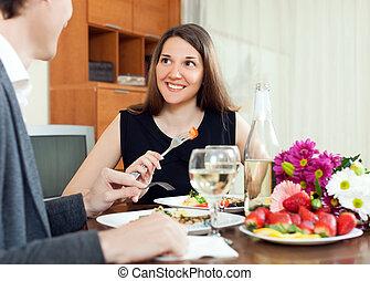 par romântico, jovem, jantar, champanhe, tendo