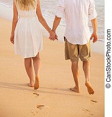 par romântico, segurar passa, andar praia, em, sunset., homem mulher, em, love., pegadas, em, a, sand.