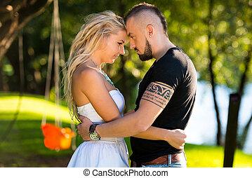 par, romanticos, abraçar