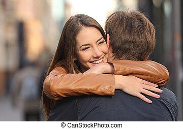 par, rua, abraçando