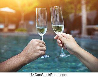 par, segurar óculos, de, champanhe, fazer, um brinde