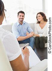 par, seu, terapeuta, falando, sorrindo