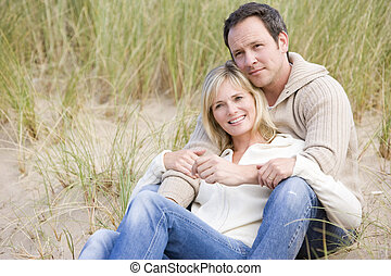 par, sitta på badstrand, le