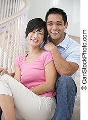 par, sitta på trappuppgång, le