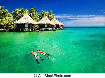 par, snorkling, em, lagoa, com, sobre, água, bungalows