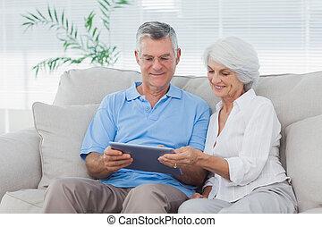 par, sofá, usando, tabuleta, sentando