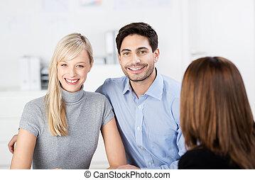 par, sorrindo, com, conselheiro financeiro, em, primeiro plano
