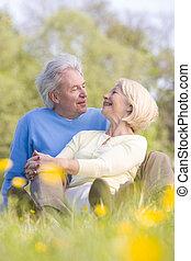 par, sorrindo, relaxante, ao ar livre