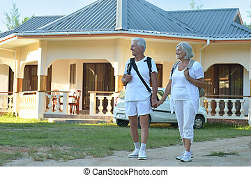 par, stående, omfamna, utomhus