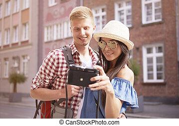 par, tagande, själv porträtt, i staden