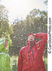 par, tendo, um, divertimento, em, molhados, dia