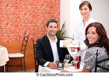 par, tendo, um, refeição romântica, junto