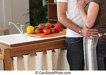 par, ternamente, abraçando, cozinha