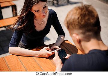 par, tittande vid, deras, smart-phones