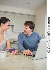 par, usando, cartão crédito, online