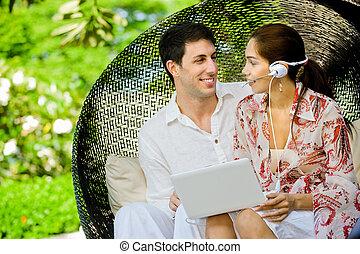 par, usando computador portátil