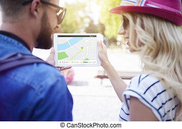 par, usando, tablete digital, cidade