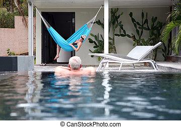 par velho, desfrutando, a, piscina