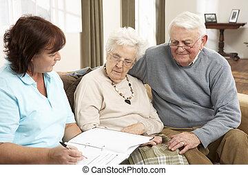 par velho, em, discussão, com, visitante saúde, casa
