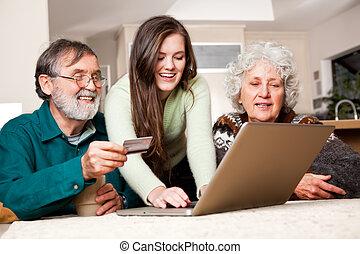 par velho, fazendo compras online
