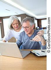 par velho, fazer, segurado, pagamento, ligado, internet
