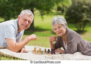 par velho, feliz, xadrez, tocando