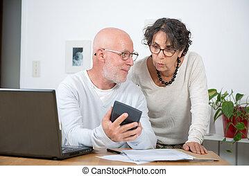 par velho, pagar, seu, contas, com, laptop, casa