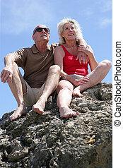 par velho, por, sentado numa pedra
