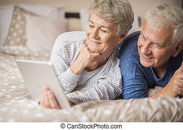 par velho, procurando algo, em, internet