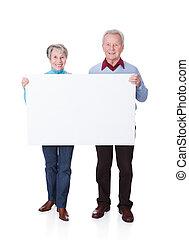 par velho, segurando, em branco, painél publicitário