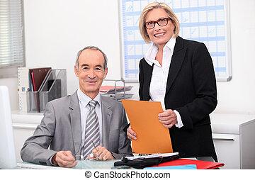par velho, trabalhando, em, um, escritório