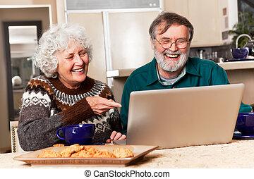 par velho, usando computador