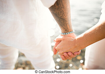 par wedding, novia y novio, manos de valor en cartera