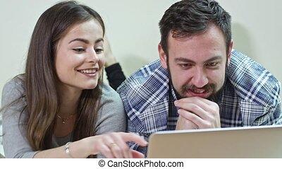 para, łóżko, używając, dom, laptop, leżący, szczęśliwy