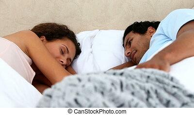 para, śliczny, dyskutując, łóżko