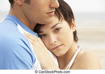 para biorąca w objęcia, plaża, romantyk, młody