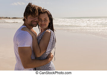 para biorąca w objęcia, plaża, romantyk, młody, szczęśliwy